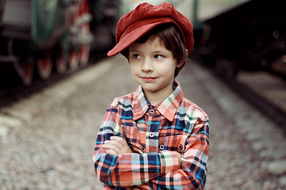 chłopczyk w wieku szkolnym modnie ubrany