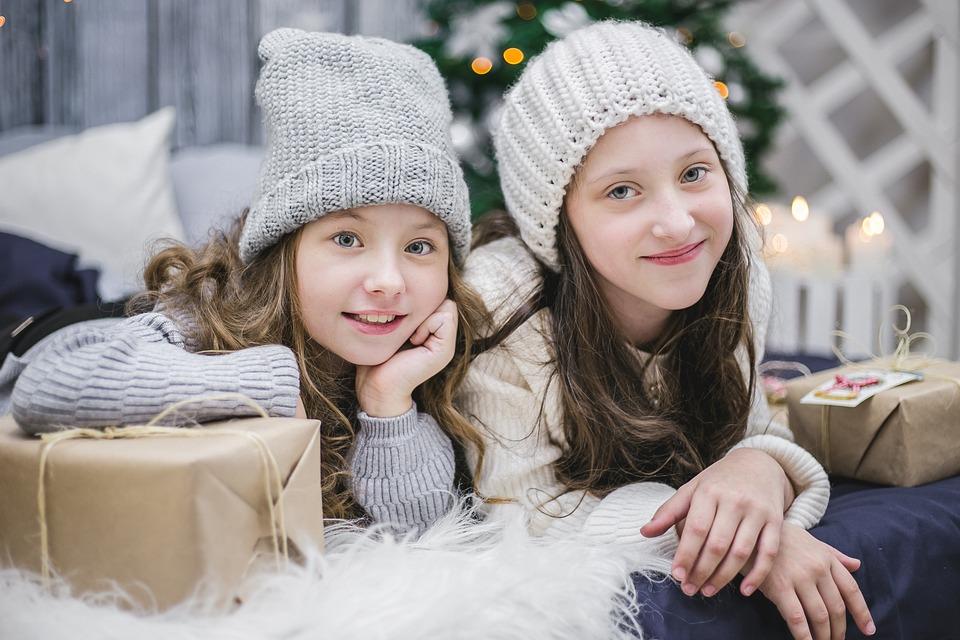 dziewczynki w wieku szkolnym ubrane w zimowe czapki