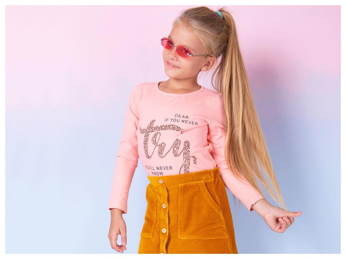 Różowa bluzka z nadrukiem dla dziewczynki w stylizacji ze spódniczką do szkoły